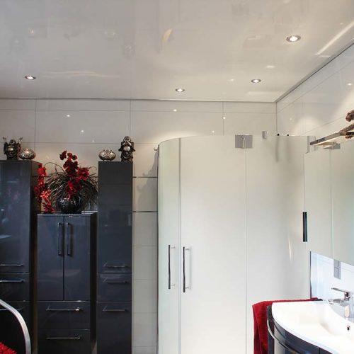 Badezimmerdecke mit Lackspanndecke im Hochglanz-Weiß renoviert - PLAMECO Spanndecken Oberhausen