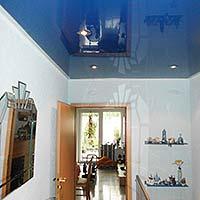 Blaue Decke im Flur - Hochglanz - Spanndecke von PLAMECO