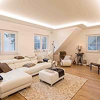 PLAMECO Wohnzimmerdecke mit indirekter LED-Beleuchtung - Spanndecke