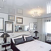 Schlafzimmerdecke mit Kronleuchter in der Hochglanzdecke