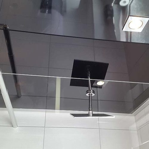 Schwarze Spanndecke im Badezimmer - Lackspann - PLAMECO