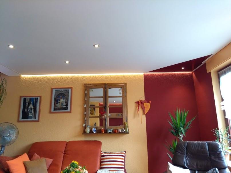 Wohnzimmerdecke mit Lichtakzenten von Plameco Oberhausen