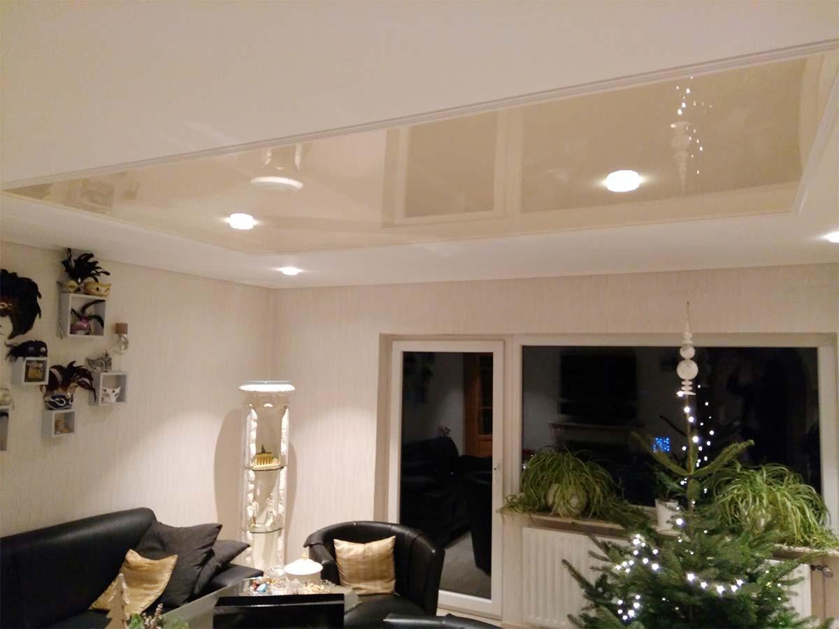 PLAMECO Spanndecke im Wohnzimmer in Essen. Schnell und sauber renoviert von Fachbetrieb Hartenstein