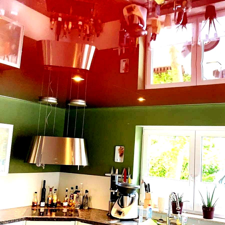 rote Zimmerdecke mit Beleuchtung Plameco Spanndecke bunte Lackdecke farbige Küchendecke