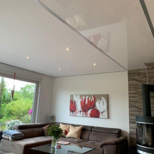 Plameco Wohnzimmer Spanndecke mit Element und Strahler. Ideale Deckenrenovierung.